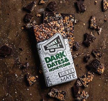 Zartbitterschokolade mit Dattelstücken und Honeycomb