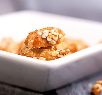 Karamellisierte Erdnüsse mit Sesam
